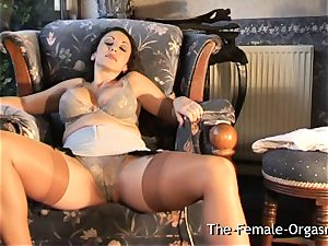 sultry milf masturbates to trickle unload climax