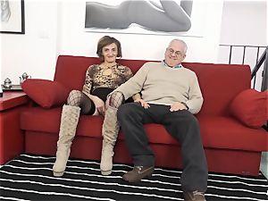 SCAMBISTI MATURI - Deep rectal with mature Italian doll